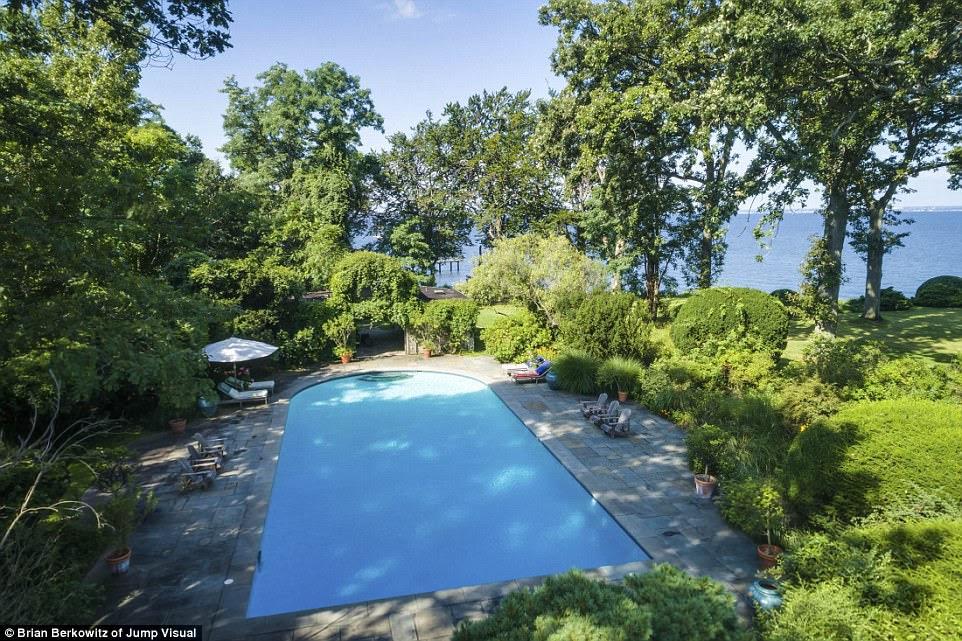 Chill out: Biệt thự cũng tự hào có một hồ bơi lớn và xinh đẹp, hoàn hảo để tổ chức một bữa tiệc trong mùa hè
