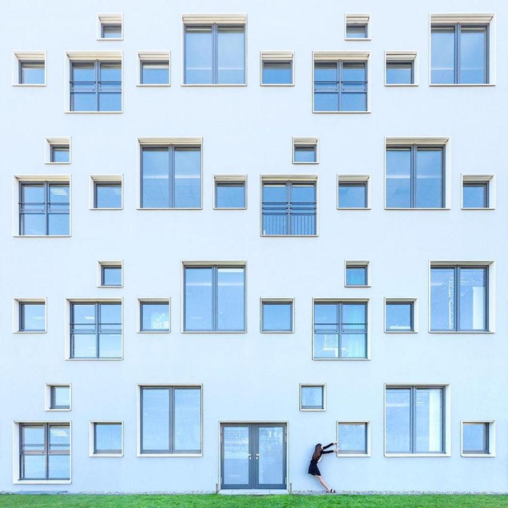 As criativas fotos de um casal que viaja o mundo brincado com a arquitetura 17