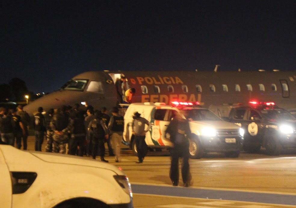 Presos chegaram ao Aeroporto Petrônio Portela, em Teresina (Foto: Ellyo Teixeira)