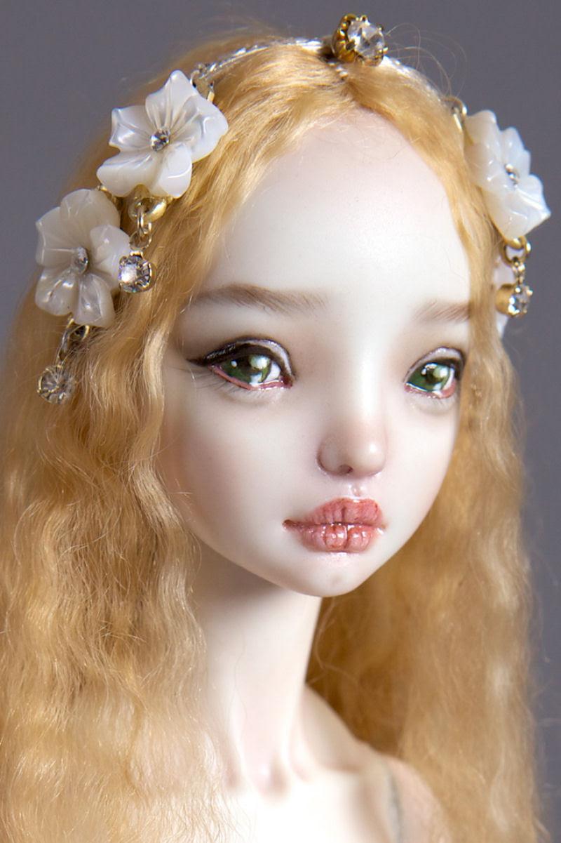 Elegantes bonecas lacrimejantes transmitem a complexidade das emoções humanas 24