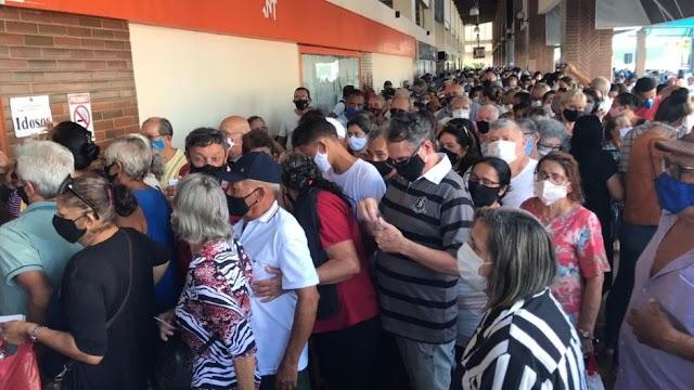 Populares passam mais de 5 horas em fila para tomar vacina em Natal; aglomeração total