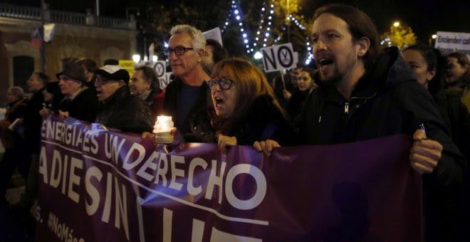 El líder de Podemos, Pablo Iglesias, asiste a la manifestación que la plataforma #NoMásCortesDeLuz ha convocado en Madrid, contra la pobreza energética. EFE/Kiko Huesca