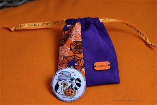 Значок (или брошка?) и мешочек для его хранения