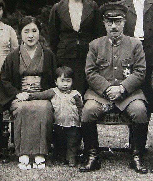 http://upload.wikimedia.org/wikipedia/commons/d/d2/Tojo_family_1941.jpg
