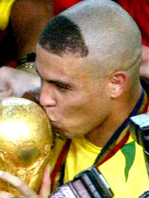 Ronaldo com a taça da Copa do Mundo (Foto: Reuters)