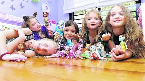 Carolina, Camila. Sofía, Valentina y Naomi, en Villa Devoto, con su colección de muñecas.