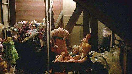 """Casa de Errol está cheio de bonecas (muitos dos quais são decapitados).  Não só estas bonecas adicionar ao fator """"creep"""", eles são um símbolo clássico para representar múltiplas personas criadas através de Controle da Mente."""