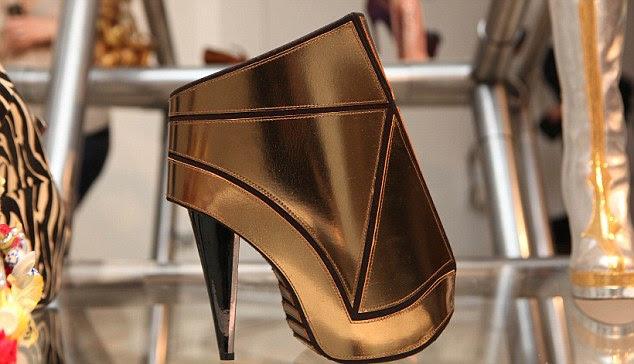 Os sapatos para a mostra ¿A arte escultural de exposição Salto Alto está em no cais, London E1 6QL, até 08 de novembro