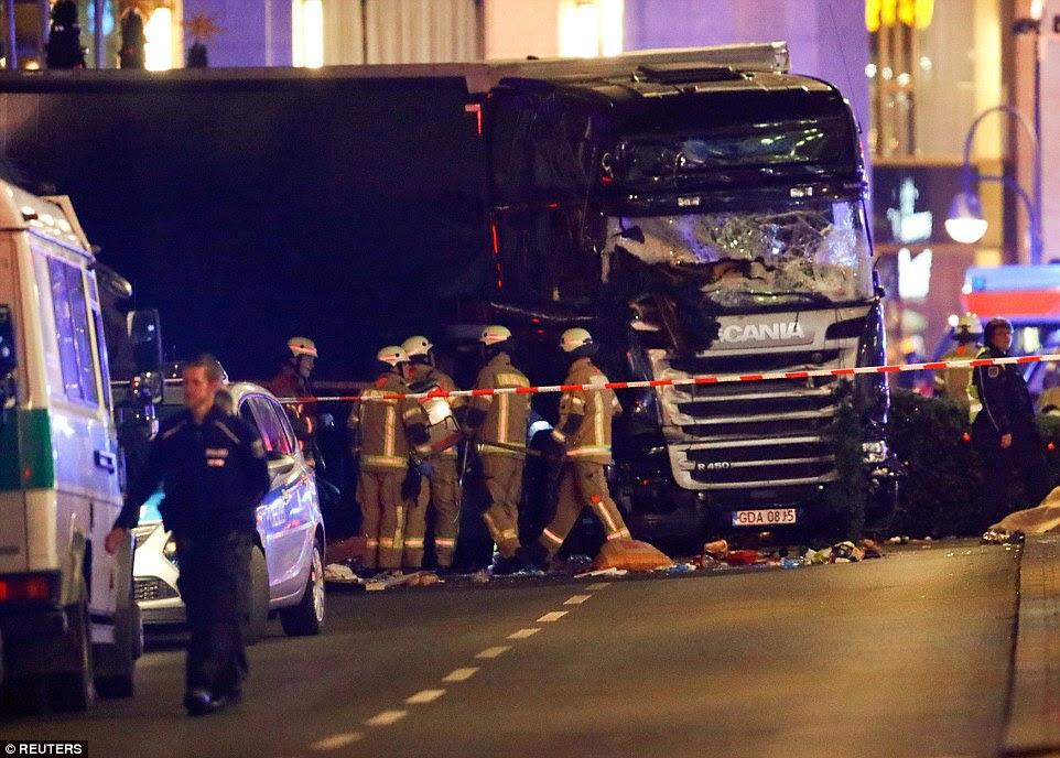O veículo pesado de mercadorias que pode ser visto claramente danificado - e o motorista foi mais tarde preso no zoológico da cidade