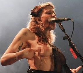 Wah, Courtney Love telanjang dada saat konser