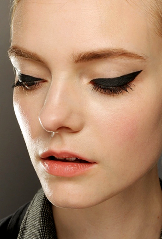 LE FASHION BLOG GRAPHIC EYES BACKSTAGE BEAUTY WINGED CAT EYE LINER MOSCHINO TOM PECHEUX MAC BLACKTRACK FLUIDINE LIQUID LINER 3