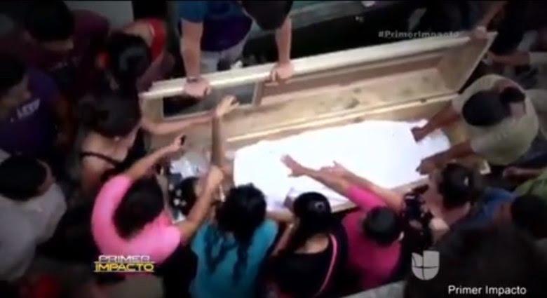 Uma adolescente acordou dentro de seu próprio caixão e gritou por socorro um dia depois de ter sido dada como morta e enterrada em Honduras, país localizado na América Central. Mas seu desespero não adiantou muita coisa, já que ela acabou morrendo de verdade momentos depois, segundo informações do Daily Mail