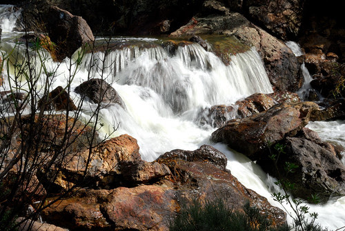 Agua corriendo hacia la presa de Las Niñas