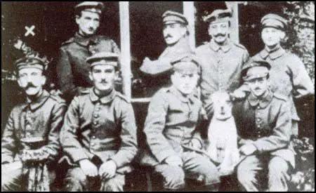 Adolf Hitler (canto inferior esquerdo) durante a Primeira Guerra Mundial.