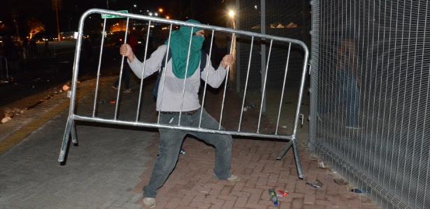 25.jan.2014 - Manifestante participa de protesto em Natal