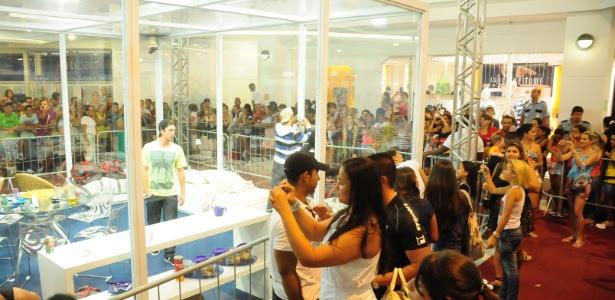 """Participantes do """"BBB 12"""" interagem com fãs na casa de vidro (6/2/11)"""