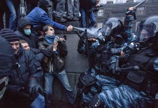Protesters clash with riot police during a rally to support EU integration in central Kiev in this November 24, 2013 file photo. REUTERS-Valentyn Ogirenko-Files