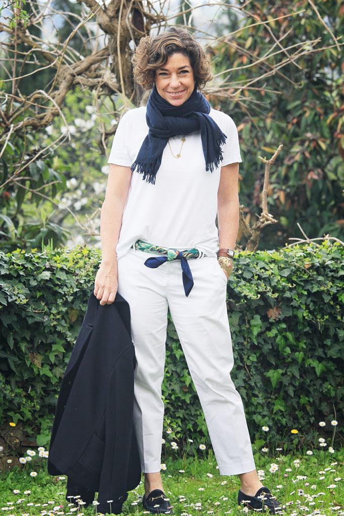 A base do look é a vontade da primavera...tudo branco.  Calça Banana Republic, t-shirt COS,  lenço Hermés, casaco pea coat GAP e mocassim vintage (meu vintage mesmo) Gucci.