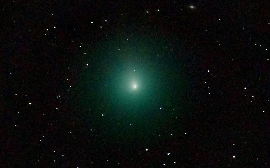 Une Comète Et Une Pluie Détoiles Filantes Dans Le Ciel Ce