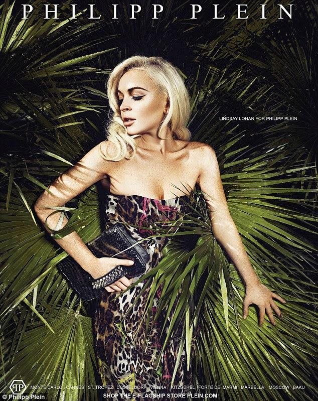 Na selva: Lindsay ostenta um vestido sem alças em leopardskin frente de um fundo planta verde em uma das fotos para a coleção Verão 2012