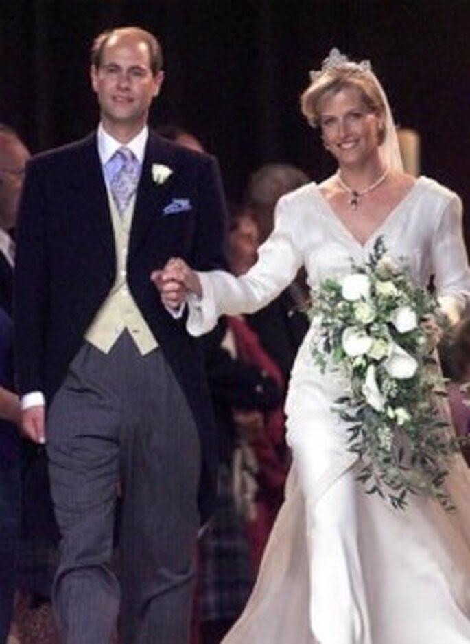 El príncipe Eduardo se casó con Sophie Rhys-Jones en 1999. Ella llevó un vestido de Samantha Shaw