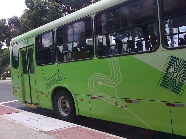 Sentada no ponto de ônibus, a moradora registra um ônibus parado sobre a faixa de pedestres em São José dos Campos. (Foto: Mara Rosana Rodrigues/Arquivo Pessoal)