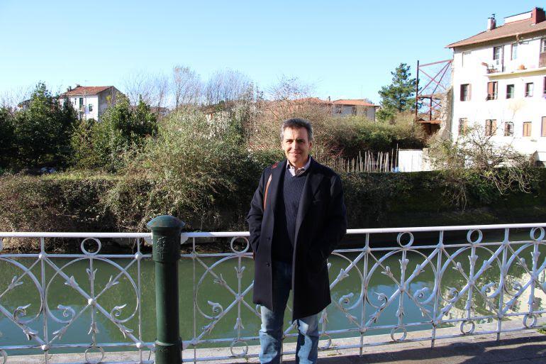 El delegado de Urbanismo, Xabier Iridoy, frente a la parcela de Korrokoitz.