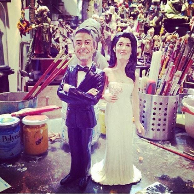 Fã faz bonecos em homenagem a George Clooney e a noiva (Foto: Reprodução/Instagram)