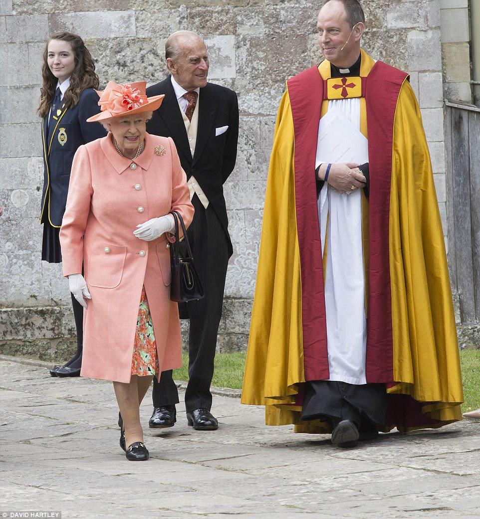 A rainha eo duque de Edimburgo assistir ao casamento de Alexandra Knatchbull e Thomas Hooper hoje em Romsey Abbey