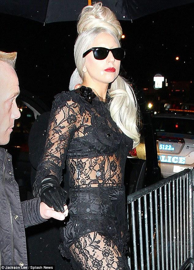 Jogar a precaução ao vento: Lady Gaga chega para o lançamento do livro de LADY GAGA x Terry Richardson em Nova York hoje à noite em um vestido de renda pura Dolce & Gabbana, apesar do tempo chuvoso