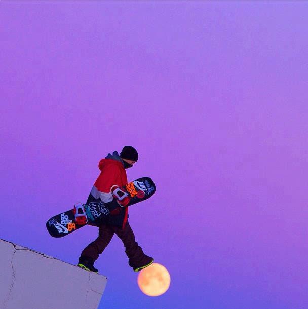 περπάτημα snowboarder στο φεγγάρι τέλειο συγχρονισμό