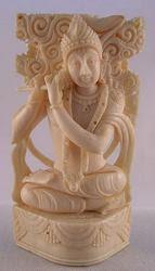 نحت عاجي من الإله الهندي كريشنا ، الصورة الرمزية الثامنة أو التناسخ للإله فيشنو ، الإله الرئيسي للهندوسية.  كريشنا ، الحبيب الكبير ، هو أيضا واحد من أكثر الآلهة الهندوسية شعبية ، وغالبا ما يظهر في الصورة جودة متحفه الناي (3.5 في الطول)