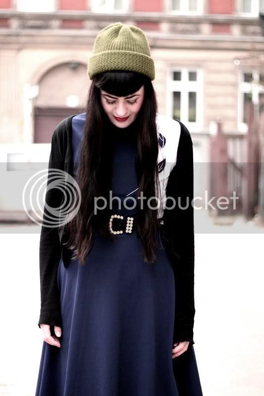 vintage outfit dunkelblaues kleid marine blumen schwarzer cardigan mütze oliv gürtel perlen gold vagabond thelma wedges lange haare rote lippen