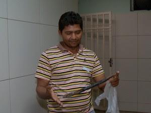Pai mostra estaca que ficou alojada no corpo do filho  (Foto: Reprodução/TV Clube)