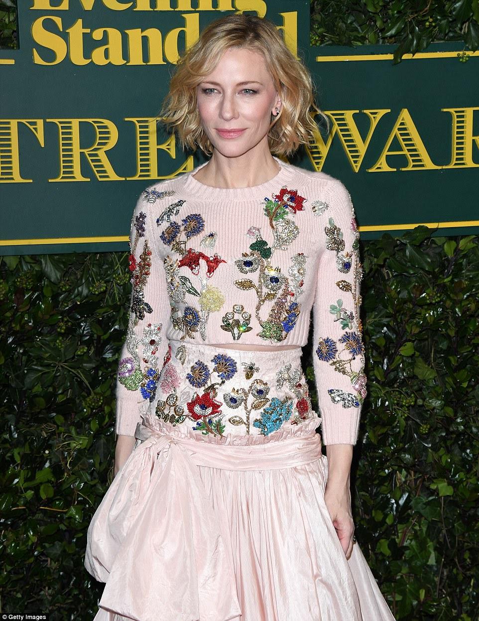 Diga-o com flores: Cate comandou a atenção em um vestido floral embellished de Alexander McQueen Resort 2018
