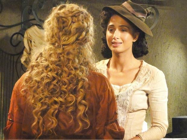 Isabel e Diva se emocionam (Foto: Lado a Lado / TV Globo)