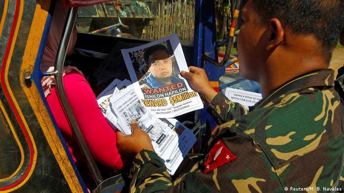 Philippinen Soldat mit Steckbrief eines Abu Sayyaf-Mitglieds (Reuters/M. B. Navales)