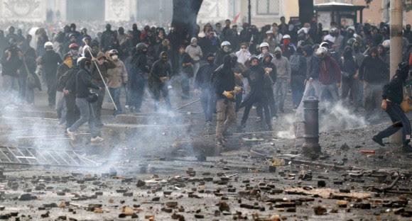 Centenas de jovens confronto com a polícia em Roma.  Foto: Reuters