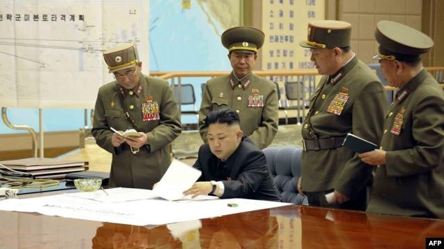 Ảnh do KCNA phát hành cho thấy nhà lãnh đạo Bắc Triều Tiên Kim Jong-Un thảo luận về kế hoạch tấn công với các tướng lãnh trong cuộc họp khẩn tại một địa điểm bí mật.