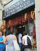 Il negozio di souvenir in via San Carlo