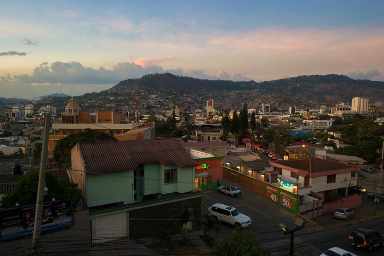 Pôr do sol em Tegucigalpa, Honduras.  Honduras é conhecida como a capital de assassinatos do mundo.  Graças à corrupção, uma enorme lacuna de renda, desastres naturais, e um golpe 2009 US-encabeçou contra o presidente eleito Manuel Zelaya, que roubaram o país da capacidade de determinar as suas próprias políticas, o país é altamente subdesenvolvidas e extremamente inseguro.