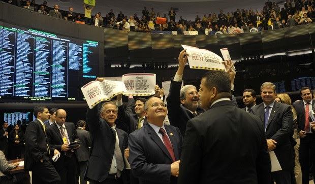 Deputados federais comemoram a derrubada da PEC 37