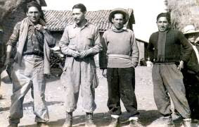 Victorino (r) con camaradas, 1956