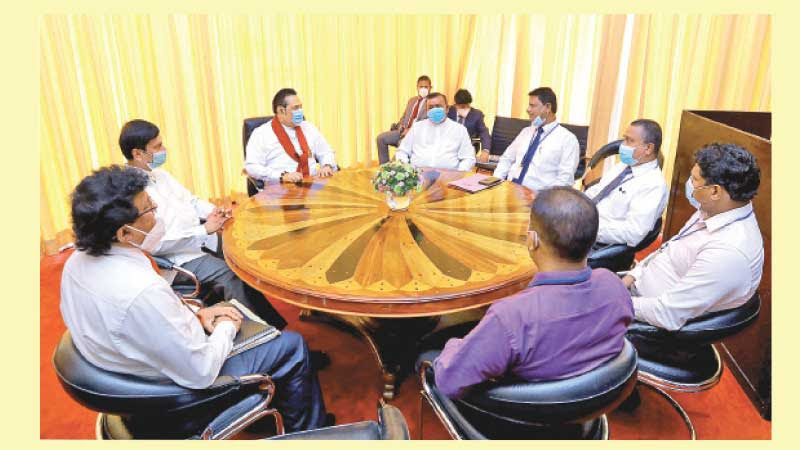 Prime Minister Mahinda Rajapaksa holding discussions with Pragathi Bank Employees Union officials at the Prime Minister's Office in the Parliament Complex.