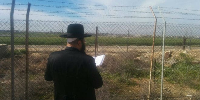 Rabbi Shriki prays at the fence. (Photo: הרב נתנאל שריקי שליט''א Facebook page)