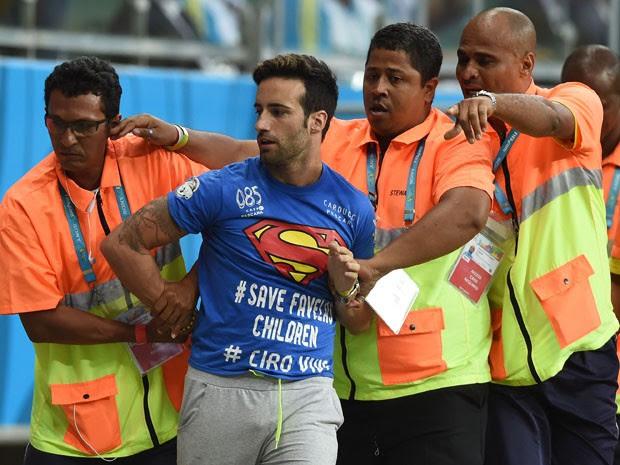 Mario Ferri durante a invasão ao gramado da Arena Fonte Nova (Foto: Francisco Leong/AFP)