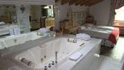 Die Adlerhorst-Suite im Hotel Ferienart in Saas Fee. Hier wohnte George Michael während des Videodrehs. (Bild: NZZ Videostill)