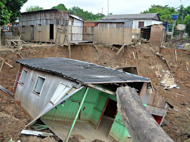 Casa desmoronou no bairro Seis de Agosto, em Rio Branco (Foto: Aline Nascimento/G1)