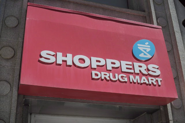 Des pharmaciens de Shoppers Drug Mart formés au... (Photo Eduardo Lima, archives La Presse canadienne)