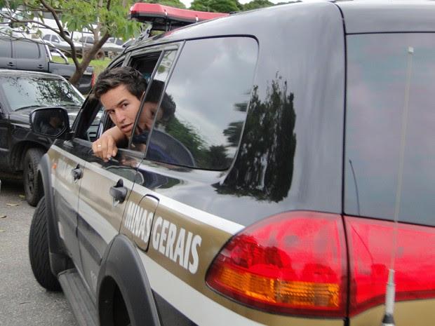 Segundo polícia, pai não tem envolvimento com o caso; em um carro da polícia, ele vai até o RJ reencontrar o filho (Foto: Humberto Trajano/G1)